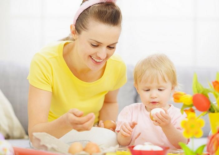 babies eating solid foods