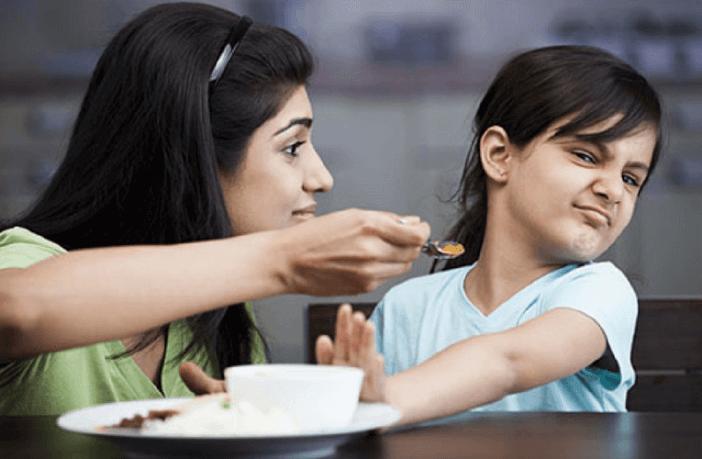 बच्चों को खाना खिलाने के 10 ज़रूरी टिप्स