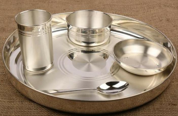 बच्चों के जीवन में चांदी के बर्तन में खाना खाने के 7 मुख्य फायदे