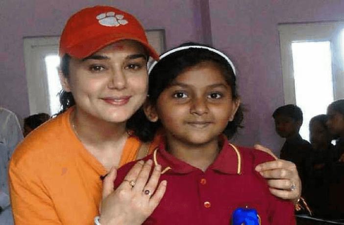 7 बॉलीवुड स्टार जिन्होंने अनाथ बच्चो को गोद लिया