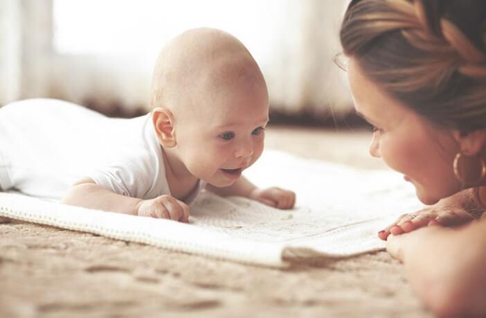 6 महीने तक के बच्चों का ख्याल रखने के लिए 10 आसान टिप्स